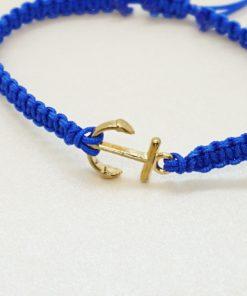 Makramee-Armband mit goldenem Anker in verschiedenen Farben.