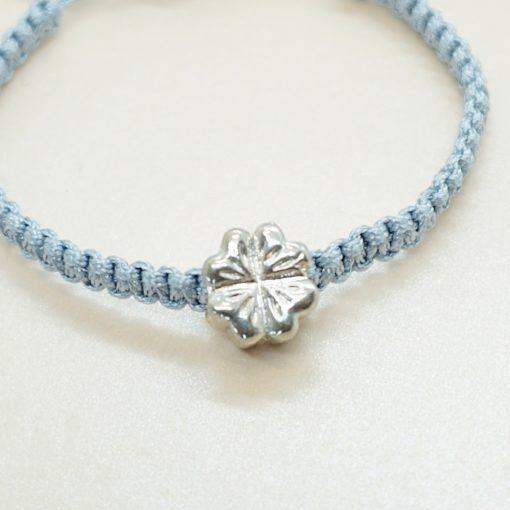 Makramee Armband mit silbernem Kleeblatt in verschiedenen Farben.