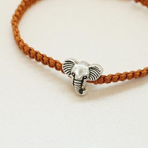 Makramee-Armband mit silbernem Elefanten in verschiedenen Farben.