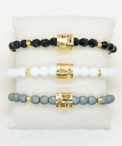 Perlen-Armband mit goldenem Charm in verschiedenen Farben