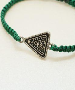 Makramee-Armband mit silbernem Dreieck in verschiedenen Farben.