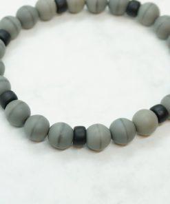 Männer-Armband aus grauen und schwarzen Perlen