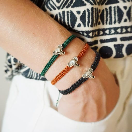 Makramee-Armband mit silbernem Elefanten