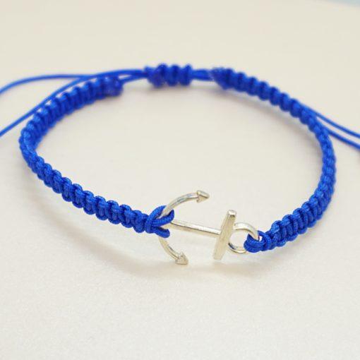 Makramee-Armband mit silbernem Anker in verschiedenen Farben.
