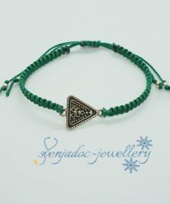 Makramee-Armband mit silbernem Dreieck