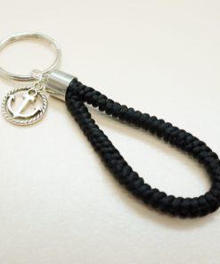 Schlüsselanhänger mit silbernem Anker in verschiedenen Farben.