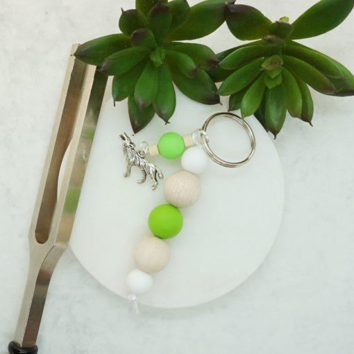Schlüsselanhänger mit silbernem Wolf, Naturholz- und Silikonperlen