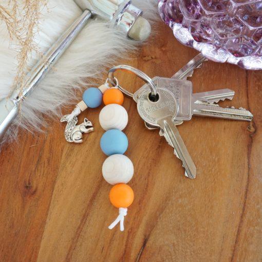 Schlüsselanhänger mit silbernem Eichhörnchen in verschiedenen Farben