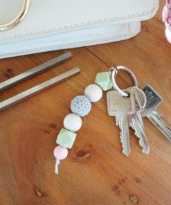 Schlüsselanhänger aus Silikon- und Naturholzperlen in verschiedenen Farben