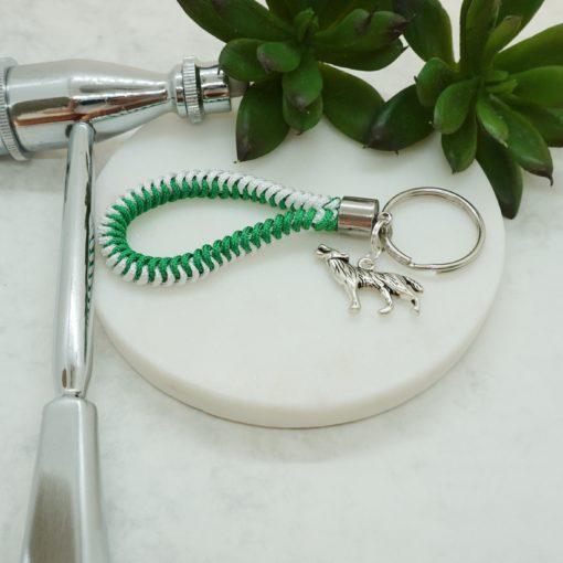 Schlüsselanhänger mit silbernen Wolf und grün/weißem Satin-Band