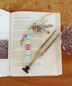 Schlüsselanhänger mit silbernem Flamingo, Naturholz- und Silikonperlen