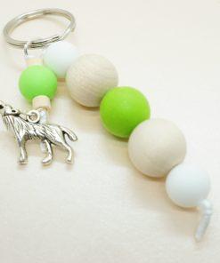 Schlüsselanhänger mit silbernem Wolf und Silikonperlen.