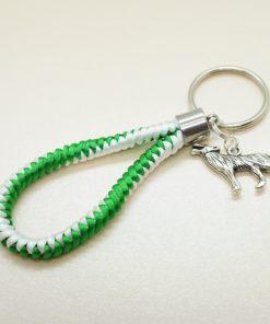 Schlüsselanhänger grün weiß geflochten mit silbernem Wolf.