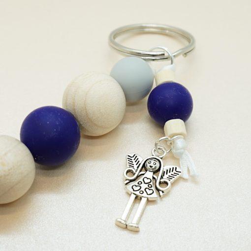 Schlüsselanhänger mit silbernem Engel und verschieden farbigen Silikonperlen.