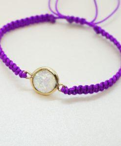 Makramee Armband mit goldenem Charm in verschiedenen Farben.