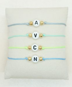 Initial-Armband mit Wunschinitiale und goldenen Perlen in verschiedenen Farben