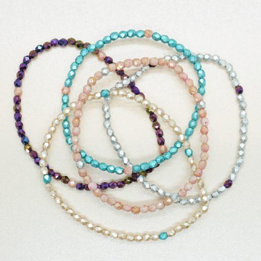Perlen-Armband mit schimmernden Perlen in verschiedenen Farben