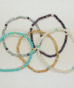 Perlenarmband mit schimmernden Perlen in verschiedenen Farben.