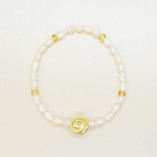 Perlen-Armband mit Süßwasserperlen und goldener Schnecke