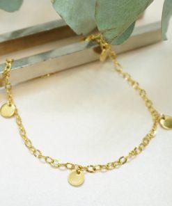 Fußkettchen mit goldener Gliederkette und Goldplättchen.
