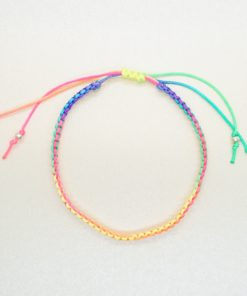 Makramee-Armband in Regenbogenfarben