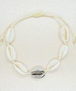 Muschel-Armband mit Kauri-Muscheln in beige und gold bzw. silber.