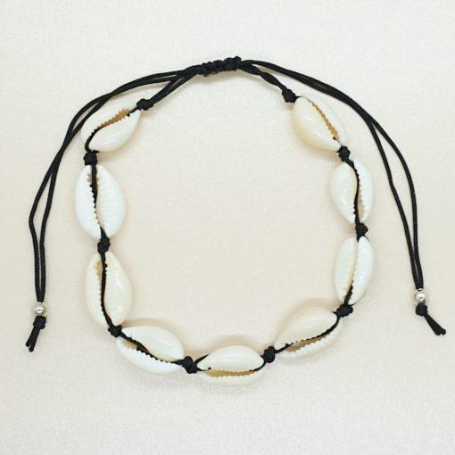 Fußkettchen mit Kauri-Muscheln und schwarzem Band.