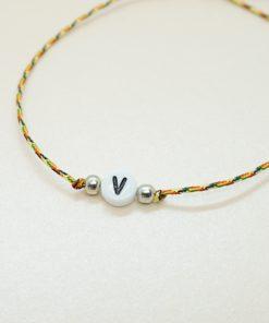 Initial-Armband mit Wunschinitiale und silbernen Perlen in verschiedenen Farben