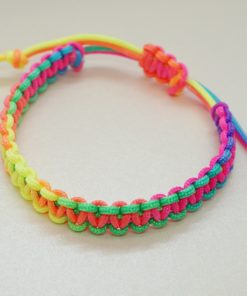 Makrameearmband in regenbogenfarben.