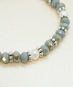Perlen-Armband mit silbernen Facetperlen und Süßwasserperlen.