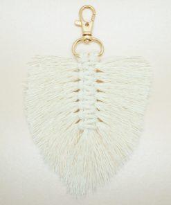 Schlüsselanhänger im Makramee-stil zur Feder geflochten.