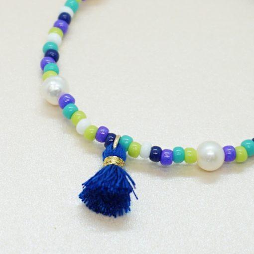 Perlen-Armband mit bunten Rocailles-Perlen und Süßwsserperlen in verschiedenen Farben.