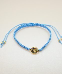 Makramee-Armband mit goldenem Charm in hellblau.