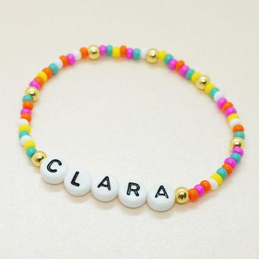 Perlen-Armband mit Wunsch Namen und bunten Perlen.