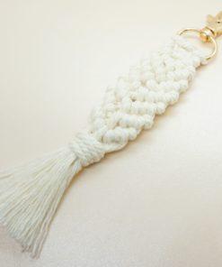 Schlüsselanhänger im Makramee-stil geflochten.