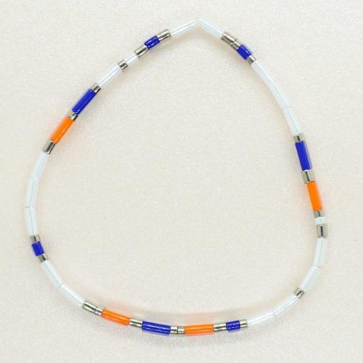 Perlen-Armband mit eckigen Miyuki Tila Perlen in weiß, blau und orange.