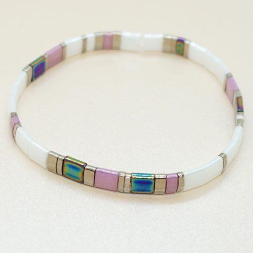 Perlen-Armband mit eckigen Miyuki Tila Perlen in weiß und lila.