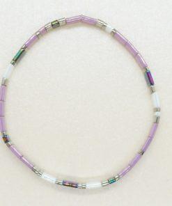 Perlen-Armband mit eckigen Miyuki Tila Perlen in lila.
