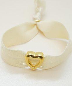 Elastisches Armband mit goldenem Herz in creme.