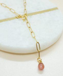 Goldene Halskette mit verschiedenen Naturstein-Anhängern.