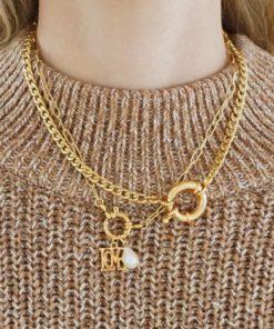 Goldene Halskette mit verschiedenen Charms