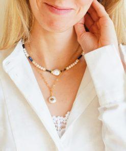 Perlen-Halskette mit Süßwasserperlen und blauen Muschelperlen.