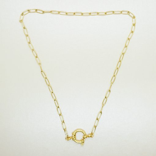 Goldene Halskette mit verschiedenen Charms.