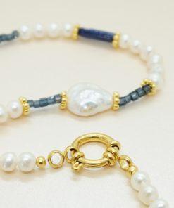 Perlen-Kette mit Süßwasserperlen und blau, goldenen Highlights.