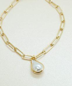 Goldenes Armband mit verschiedenen Charms.