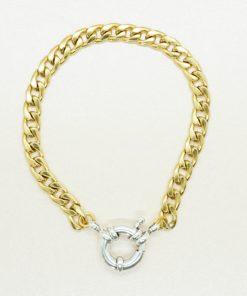 Goldenes, dickes Armband mit silbernem Verschluss.